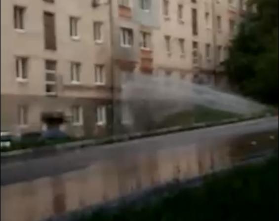 Фонтан воды ударил в окно нижегородца