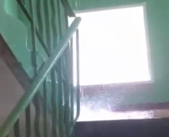 Видео дня: водопад образовался в подъезде жилого дома на улице Движенцев