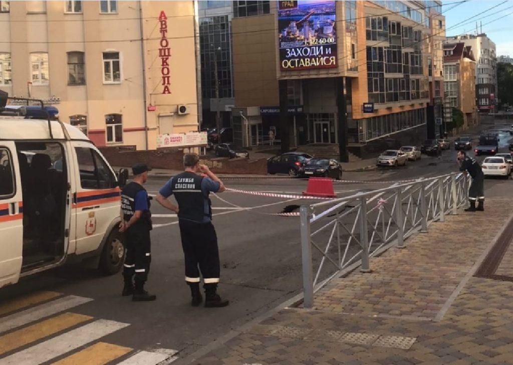 Провал на дороге произошел рядом с «Домом на Свободе» в центре Нижнего Новгорода