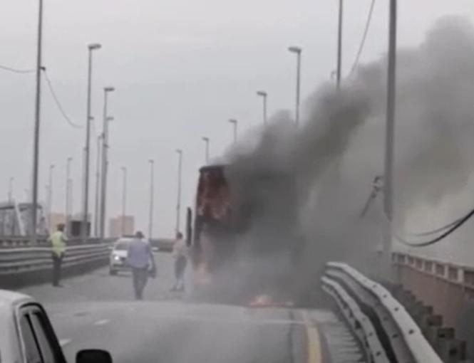 Загоревшийся на Борском мосту автобус был туристическим: подробности произошедшего