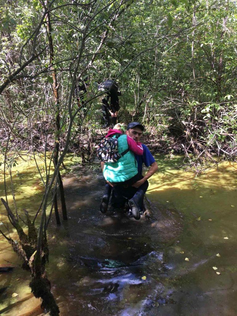 Нижегородские спасатели вывели троих детей из болота