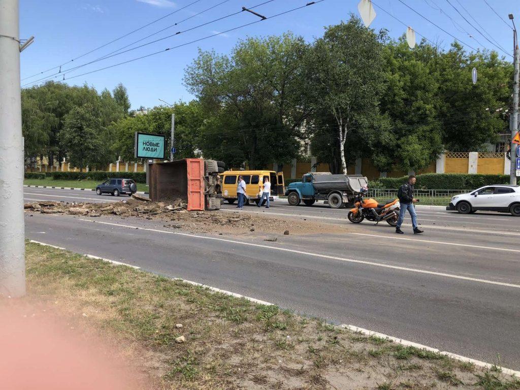 КамАЗ перевернулся на проспекте Гагарина в Нижнем Новгороде