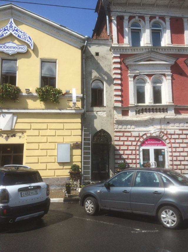 На нижегородском памятнике архитектуры ради рекламы срубают оригинальный каменный пояс