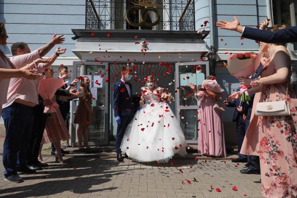 Свадьба пела и плясала: нижегородские молодожёны рассказали, как проходят свадьбы во время пандемии коронавируса