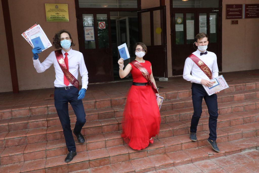 Выпускнику нижегородской школы не выдали аттестат из-за книг, не сданных в библиотеку