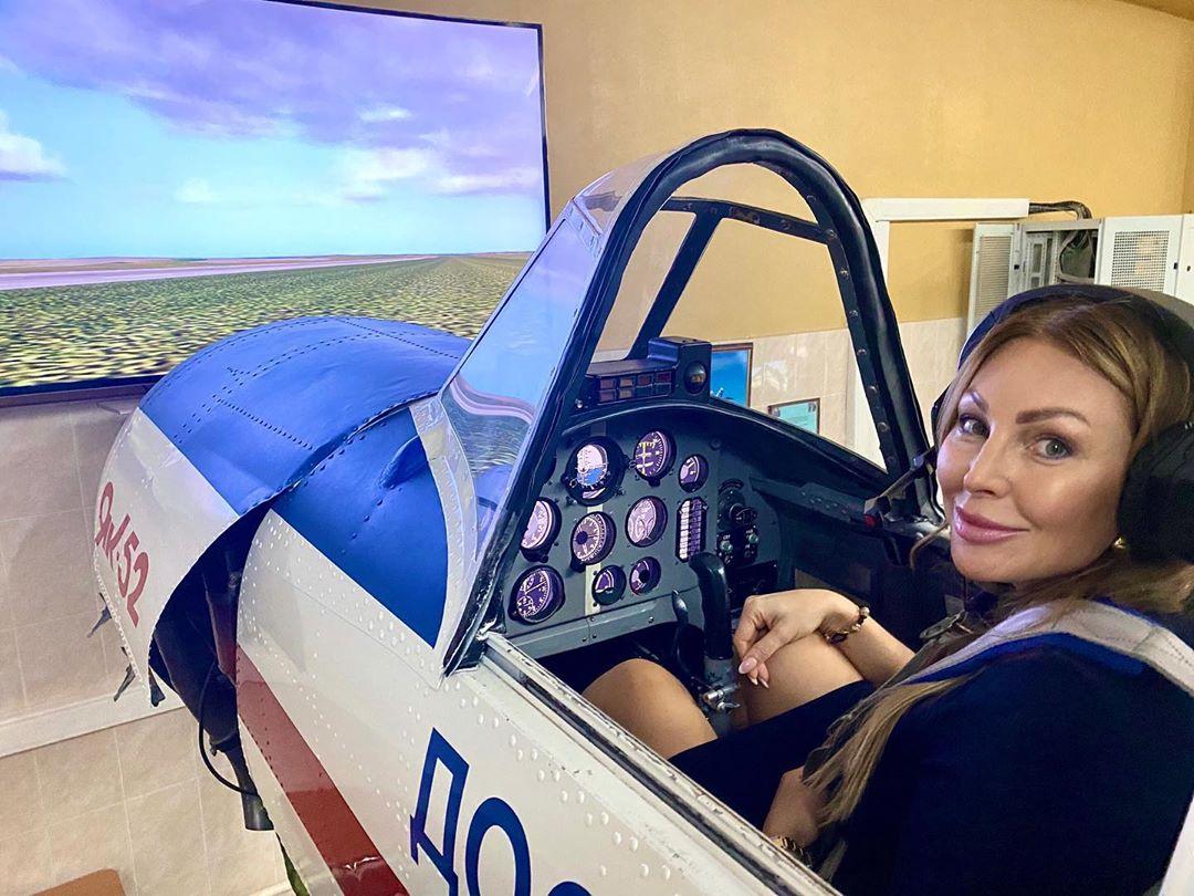 Наталья Бочкарева «полетала» на симуляторе самолета ЯК-52 (ВИДЕО)
