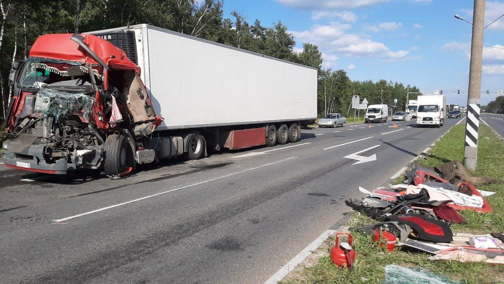 Кабину смяло: водитель фуры пострадал в жутком ДТП под Нижним Новгородом