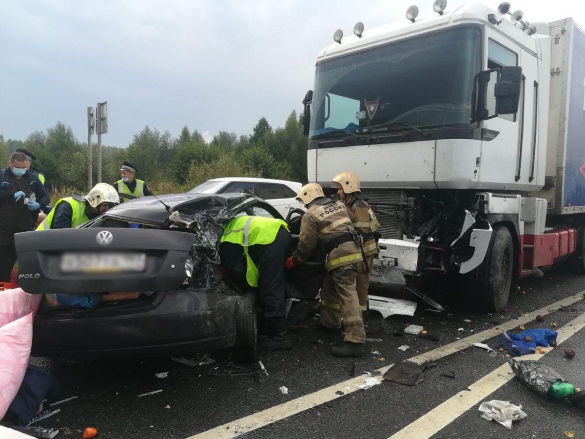 Три человека пострадали в лобовом столкновении иномарки и фуры под Нижним Новгородом