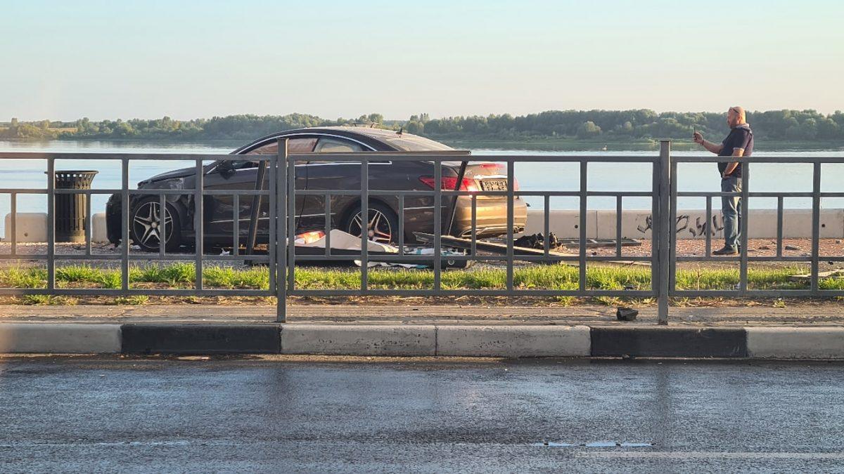 Автомобиль пробил ограждение и вылетел на Нижневолжскую набережную