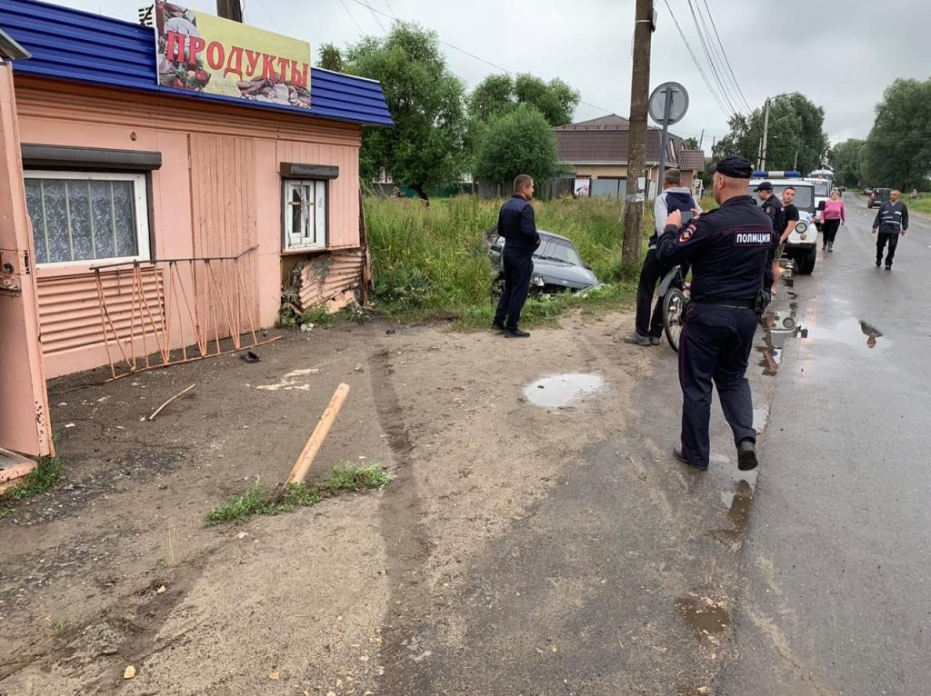 Водитель «Лады» врезался в магазин, а потом улетел в кювет в Кулебаках