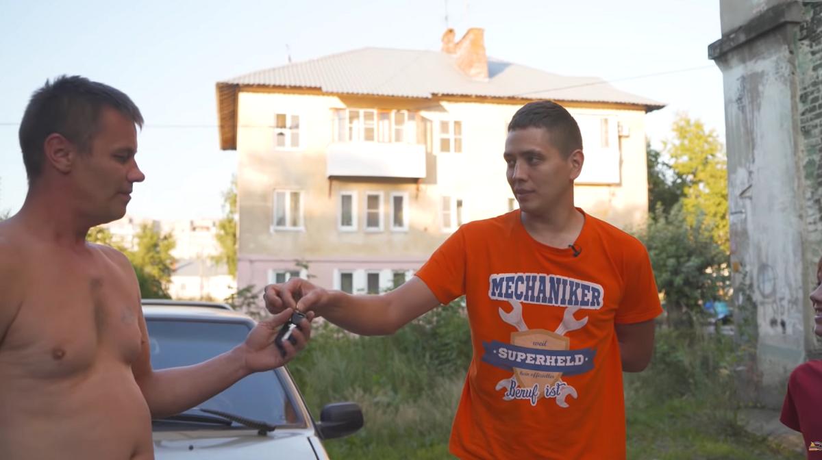Известный автоблогер подарил многодетной семье из Дзержинска иномарку