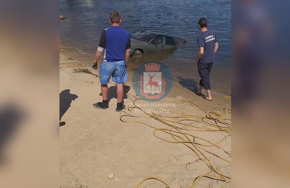 Машина ушла под воду на глазах отдыхающих в Нижнем Новгороде