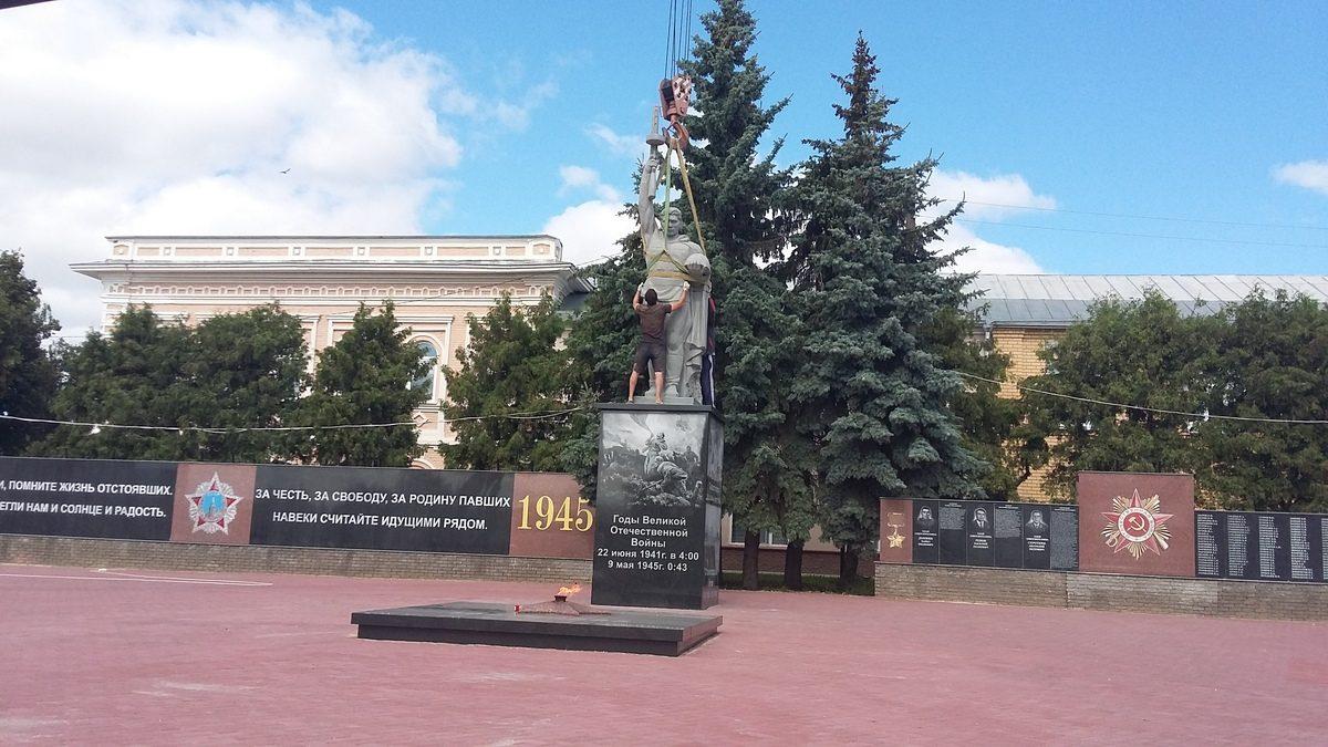 На мемориале воинам, погибшим в ВОВ, в Княгинине установили монумент солдата