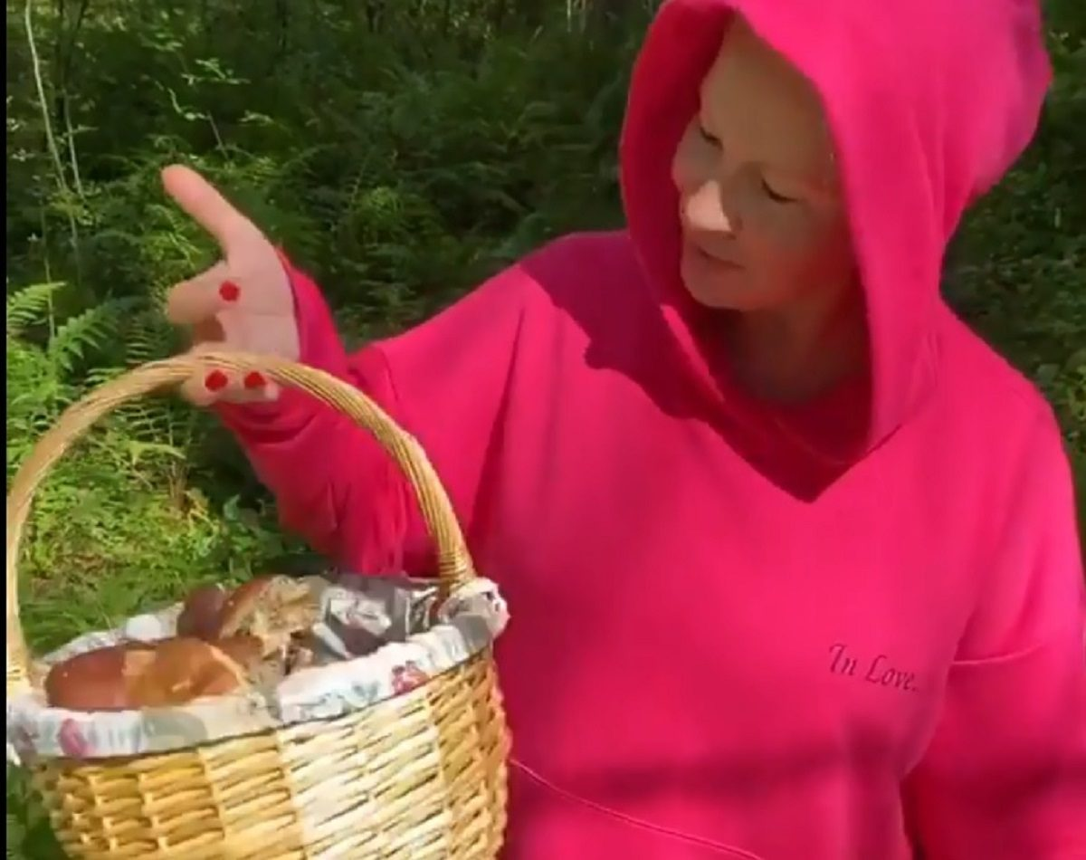 Екатерина Одинцова в гламурном костюме отправилась в лес за грибами