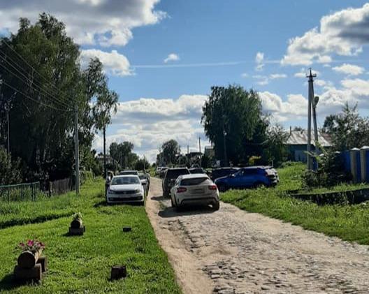 Жители Подвязья жалуются на туристов, оставляющих машины около частных домов