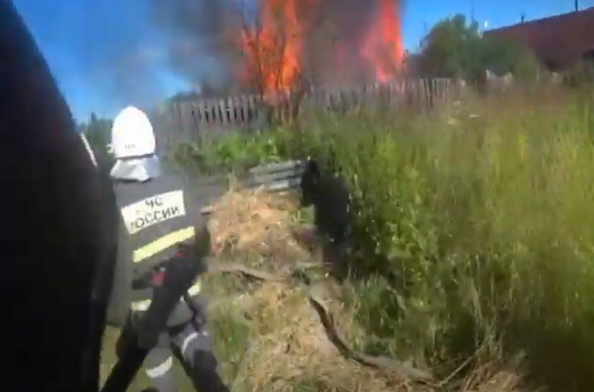 Пожарные вытащили мужчину из горящей бани в Семенове