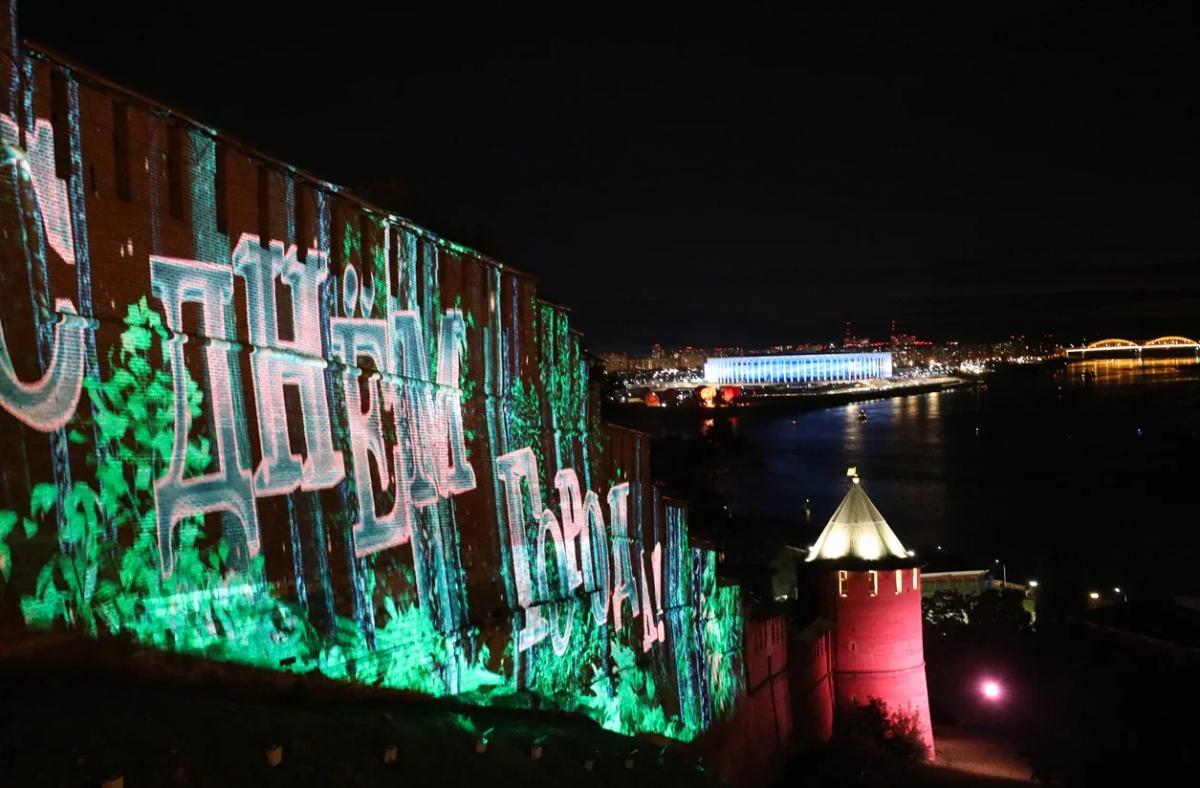 Парад парусов, мэппинг-шоу и салют: смотрим, как завершился День города