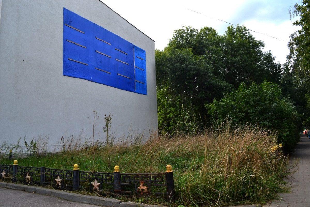 Советскую мозаику на фасаде бассейна «Чайка» спрятали под синим прямоугольником