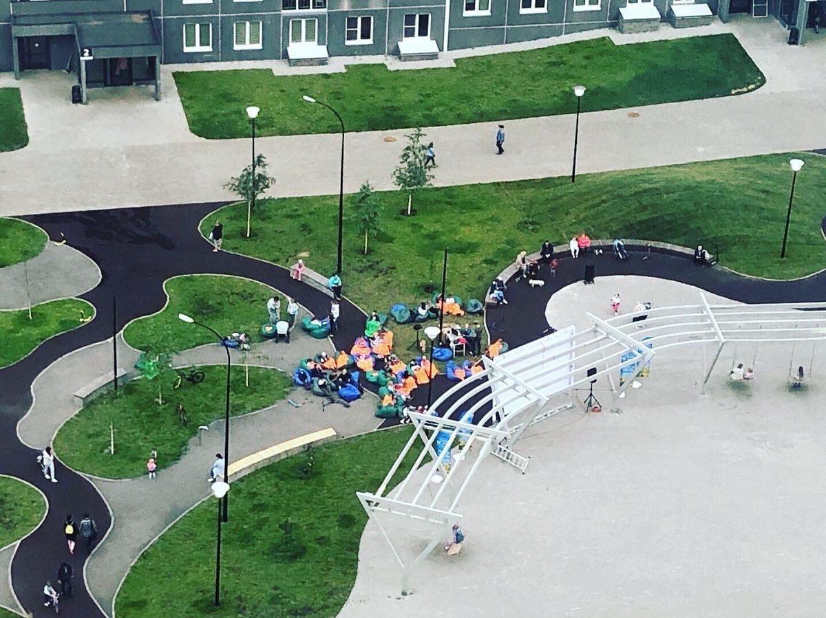 Жители ЖК Анкудиновский парк устроили кинотеатр под открытым небом во дворе дома