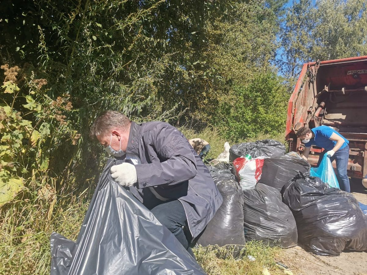 Глава района и специалисты минэкологии убрали несанкционированную свалку удеревни Романово вГородецком районе на субботнике