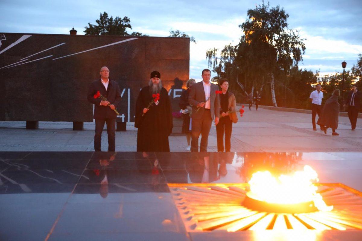 Дмитрий Чернышенко иГлеб Никитин возложили цветы кВечному огню имогиле Минина