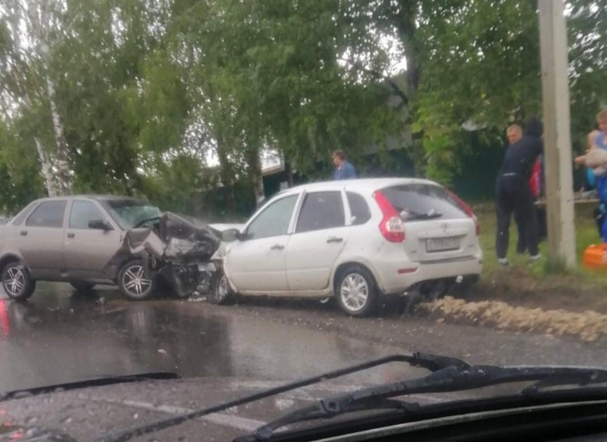 Два человека попали в больницу после лобового ДТП в Урене