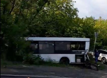 Пассажирский автобус улетел в кювет в результате ДТП на Автозаводском шоссе: есть пострадавшие