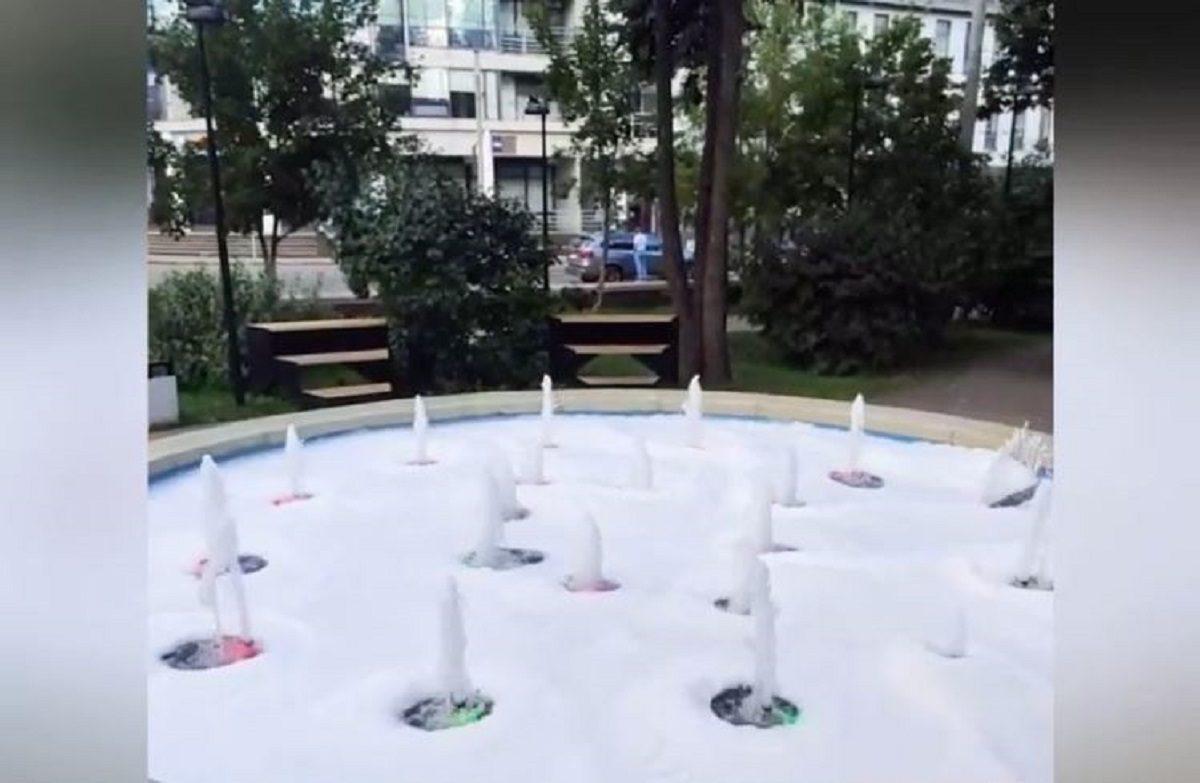 Вандалы устроили «пенную вечеринку» на Черном пруду, а в фонтане на площади Минина искупался блогер