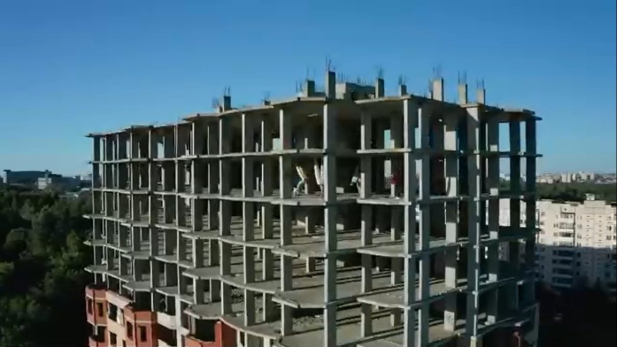 Нижегородцы занялись воздушной йогой в недостроенной многоэтажке