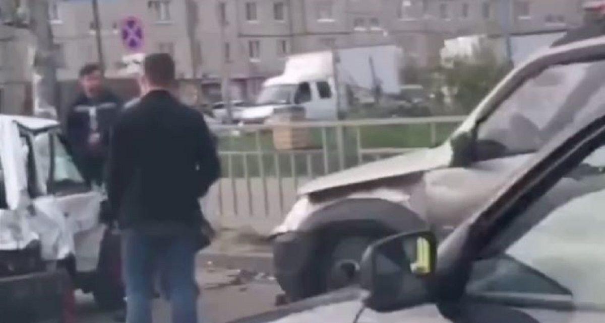 Три автомобиля столкнулись на перекрёстке Бусыгина и Львовской
