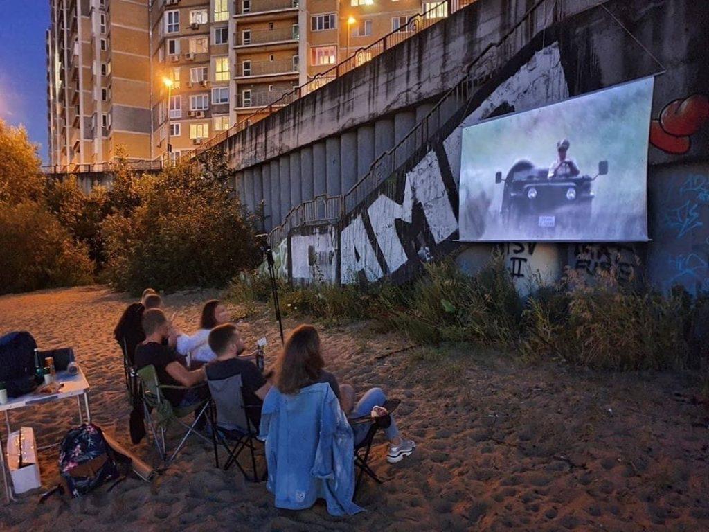 Жители Мещеры установили кинотеатр под открытым небом