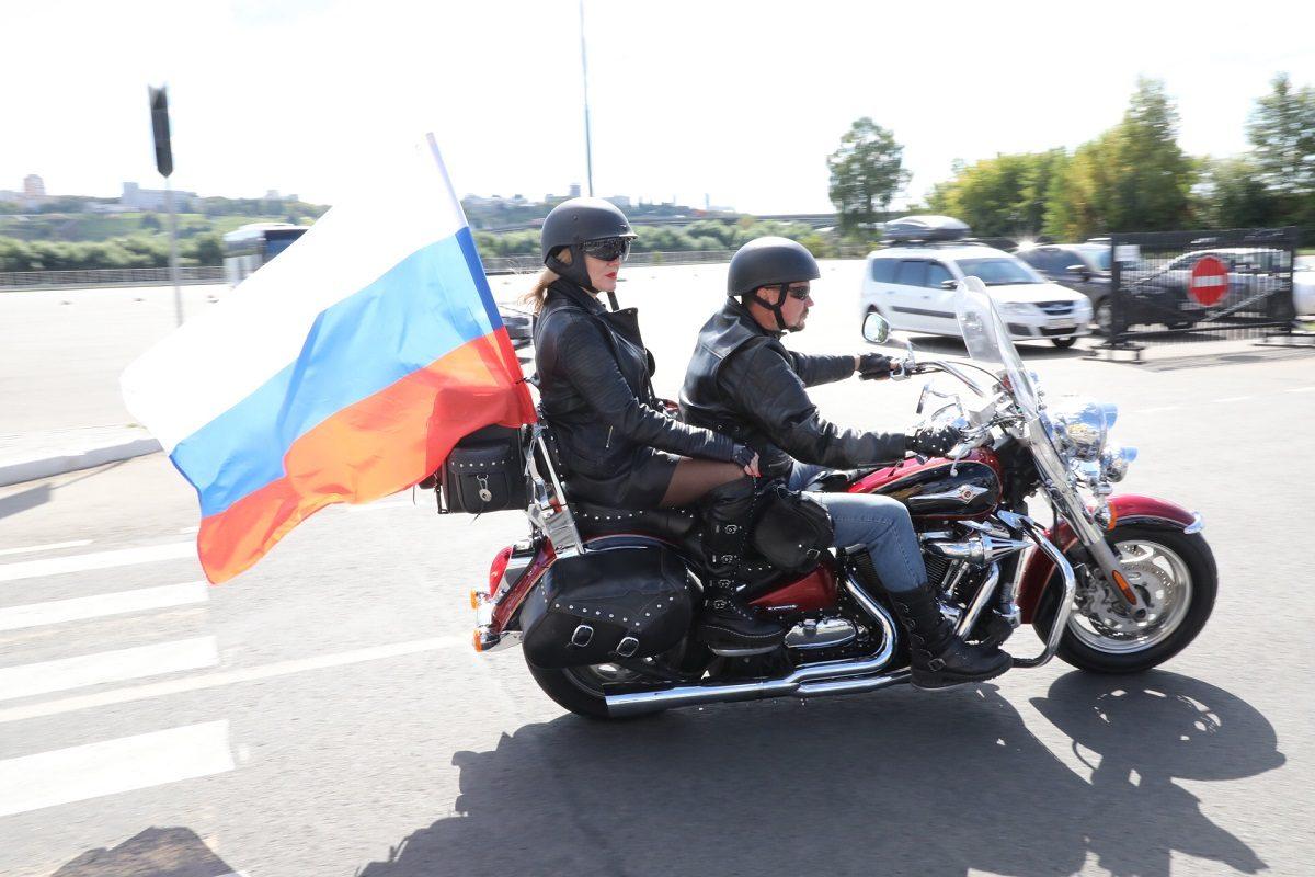 Байкеры и триколор: мото- и велопробег прошёл в Нижнем Новгороде в честь Дня российского флага