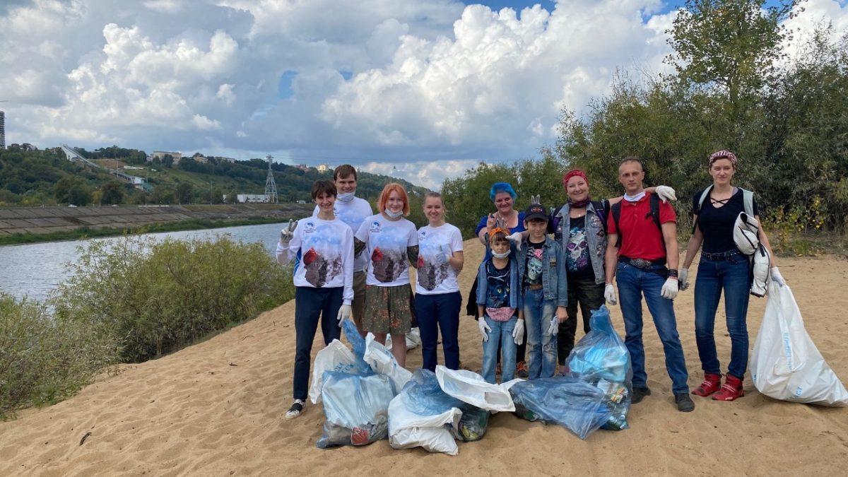 Участники мотосубботника собрали более 50 мешков мусора на Гребном канале