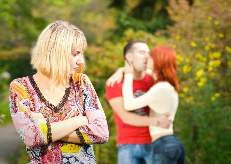 Заклятая дружба: почему женщины уводят мужчин у своих подруг