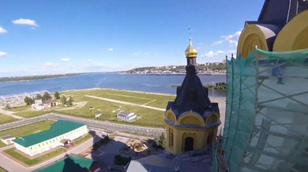 Руферы поднялись на крышу собора Александра Невского (ВИДЕО)