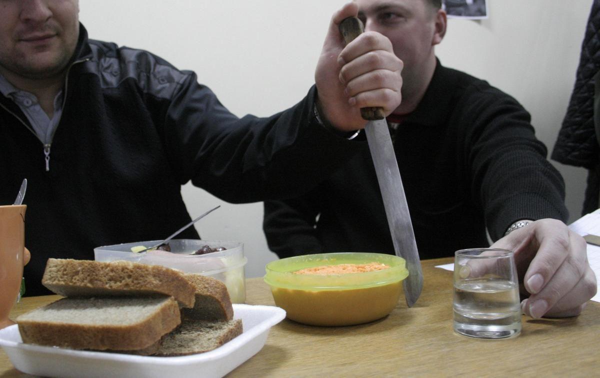 Житель Ленинского района в пьяной ссоре перерезал горло своему другу