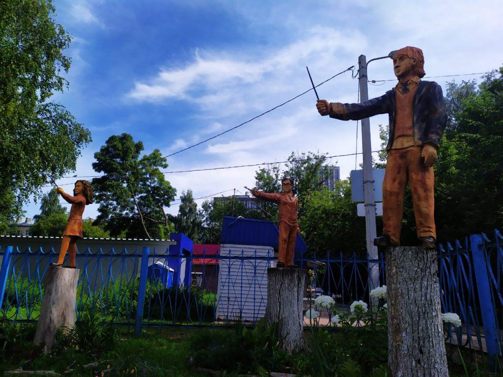 Фото дня: героев «Гарри Поттера» выпилили из старых деревьев в Сормове