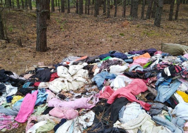 Нижегородцы обнаружили свалку одежды в лесу