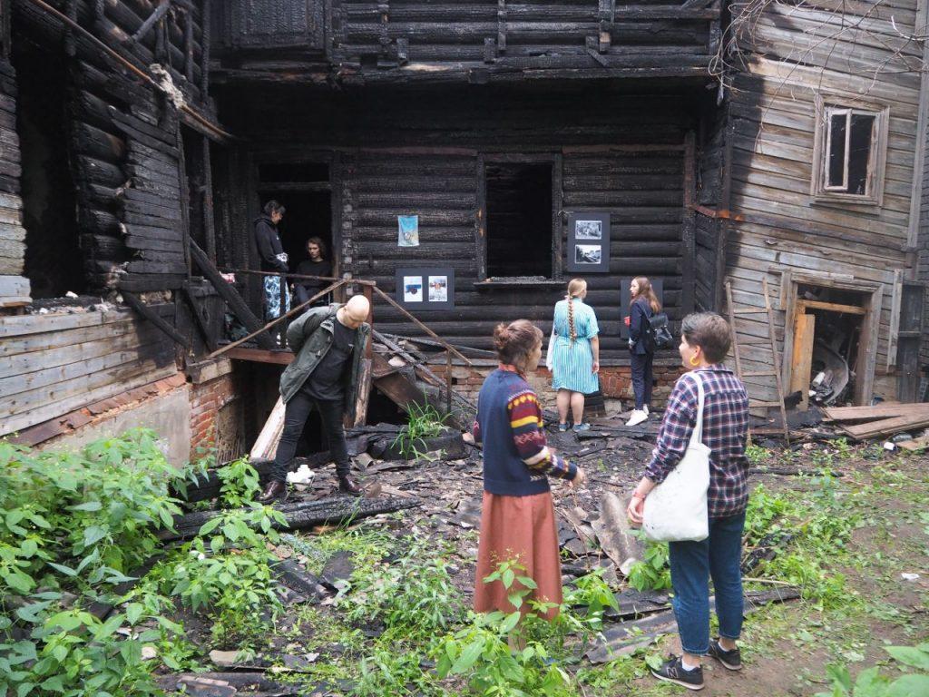 «Можно я здесь пересижу»: необычная выставка открылась на стенах сгоревших нижегородских домов