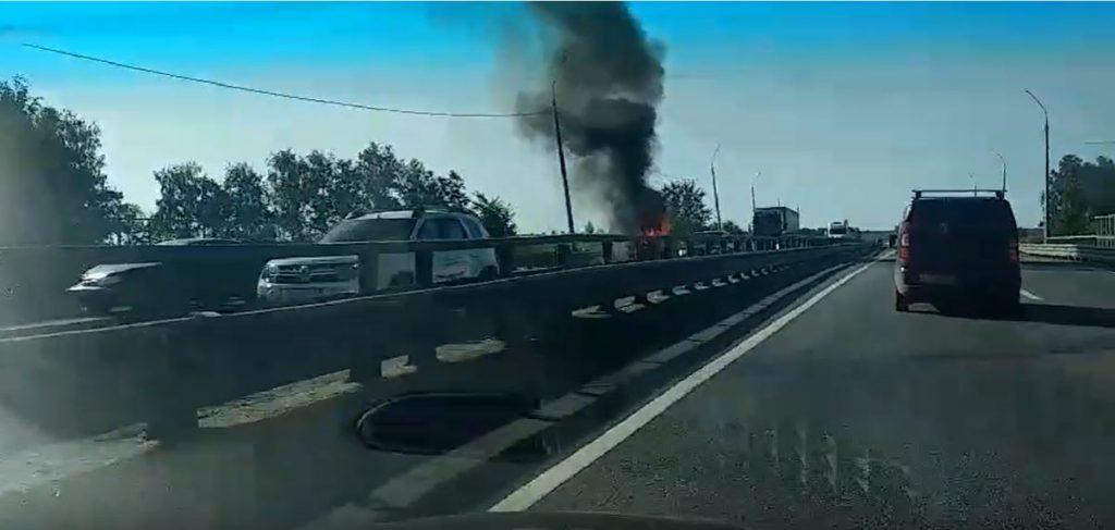 Автомобиль загорелся на трассе Москва-Казань в Кстовском районе