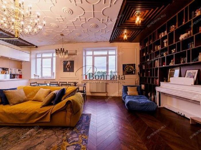 Пятикомнатная квартира в стиле неоклассика за 55 млн рублей выставлена на продажу в центре города