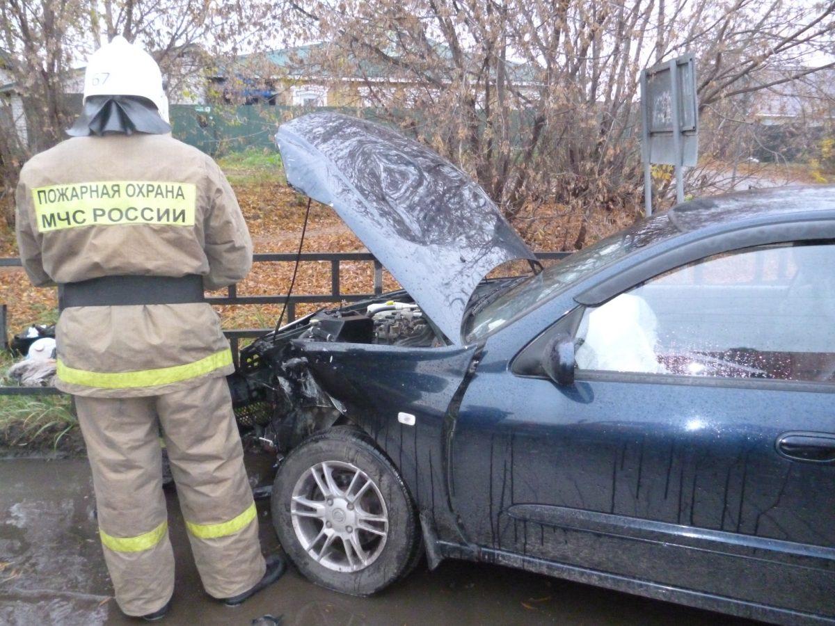 Иномарка врезалась в трактор и загорелась в Арзамасском районе