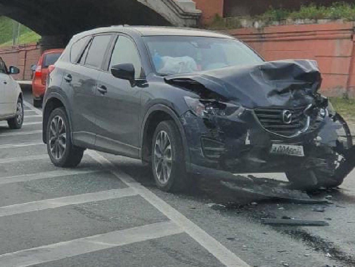 Два автомобиля столкнулись около Чкаловской лестницы в Нижнем Новгороде