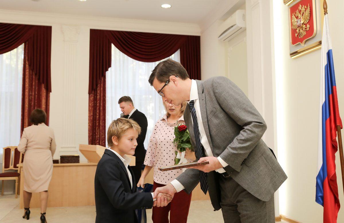 30 нижегородских школьников получили городские стипендии