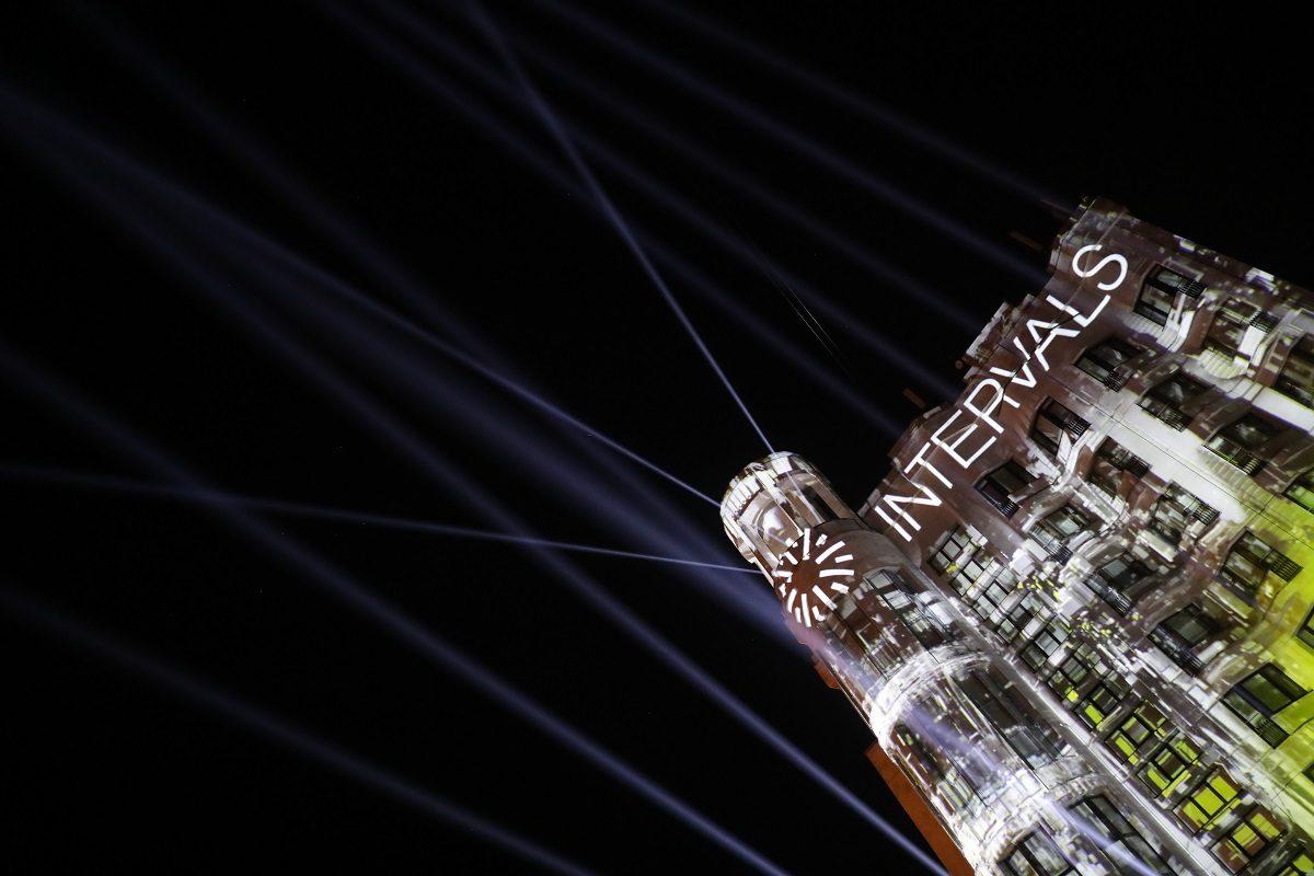 Фасад гостиницы «Октябрьская» ожил на Верхневолжской набережной: смотрим яркие кадры с фестиваля INTERVALS TEASER 2020