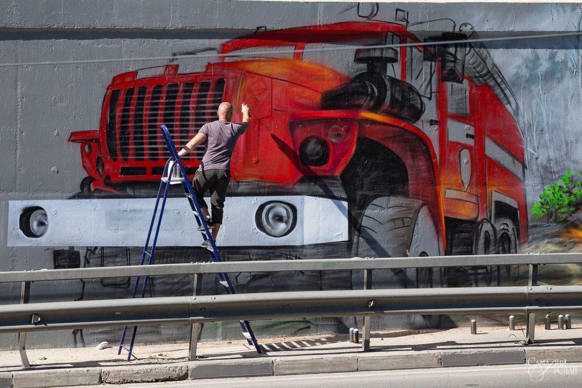 Видео дня: Илья Спиченков на Окском съезде создаёт масштабное граффити о жизни спасателей