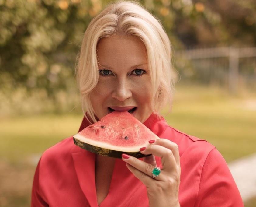 «Уборка и отпаривание одежды — отличная кардионагрузка»: Екатерина Одинцова рассказала о прелестях загородной жизни