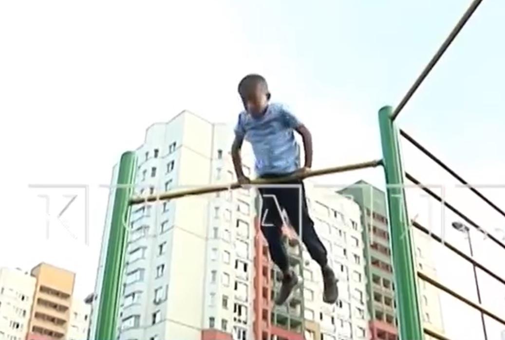Папа восьмилетнего рекордсмена России в подъёмах-переворотах на турнике рассказал, как сын достиг таких результатов