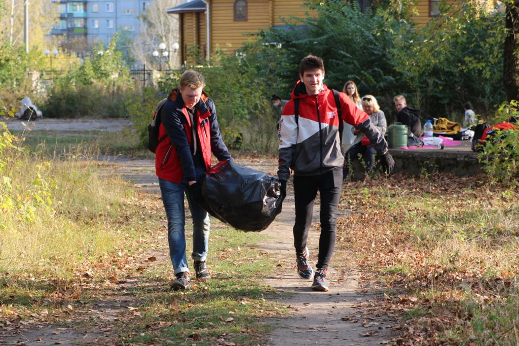 Школьники приняли участие в командных состязаниях по уборке сквера «Техноткань» в Ленинском районе