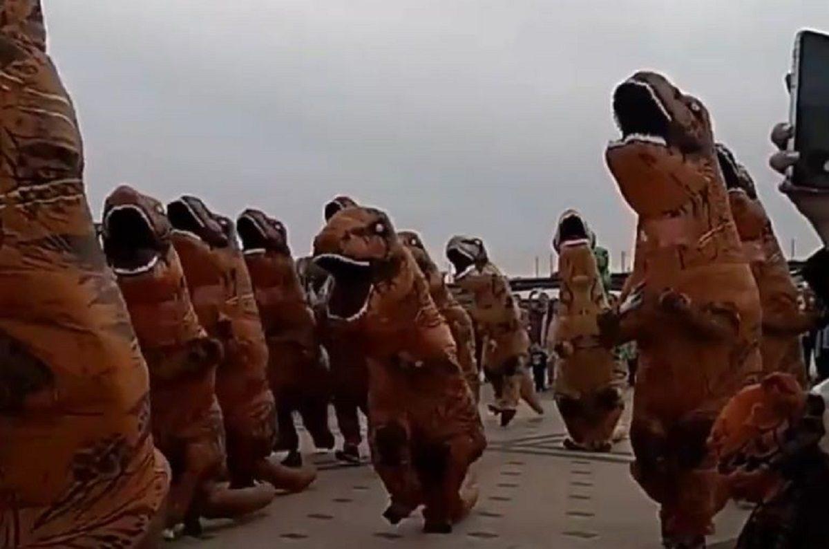 Динозавры пробежали по Нижневолжской набережной